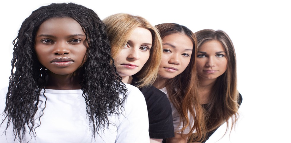 Vier junge Frauen verschiedener Herkunft hintereinander